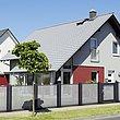 Clôture de jardin en tôle perforée en gris et anthracite dans un quartier résidentiel