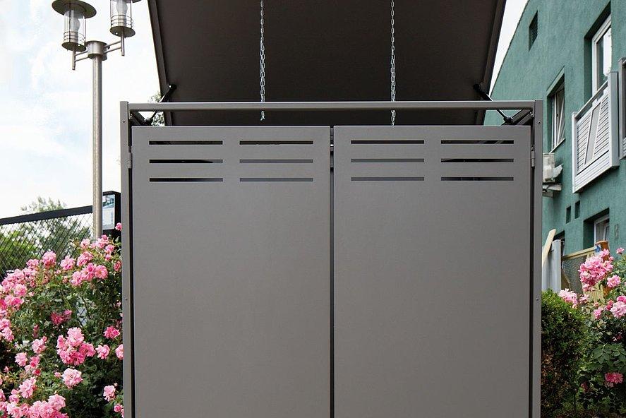 vue de face d'un coffre multifonctions gris moderne à l'entrée, avec couvercle ouvert