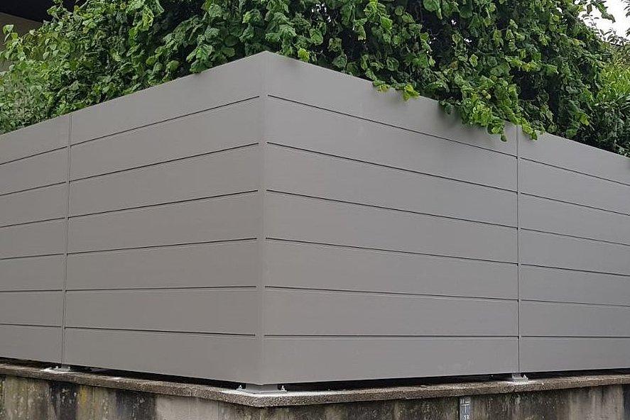 Clôture occultante moderne couleur aluminium blanc avec des lattes pleines, modernes et simples