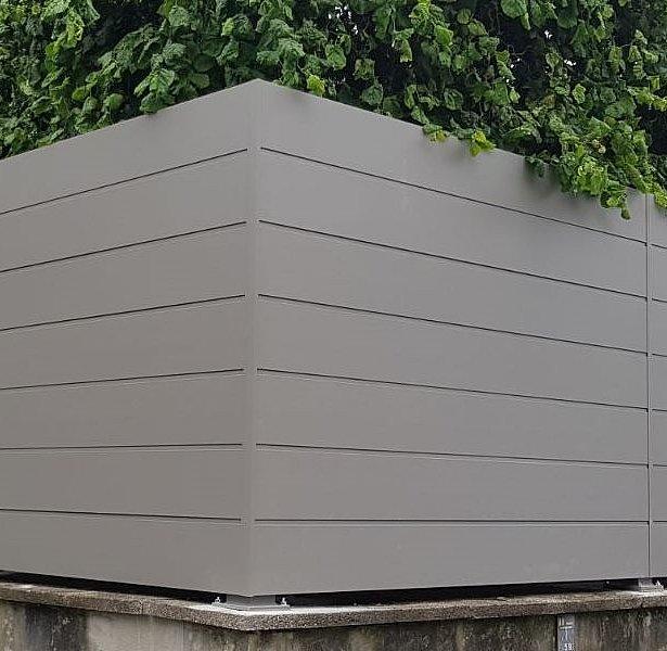 Clôture occultante sur socle mural surélevé couleur aluminium blanc