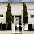 Clôture à barres blanche, clôture à barres simple devant une jolie maison moderne