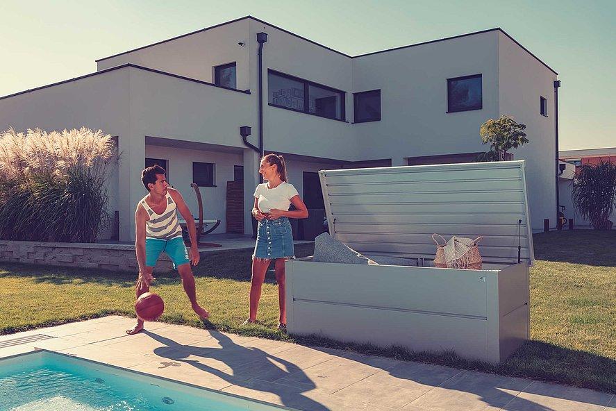 Coffre de rangement couleur argent à côté de la piscine