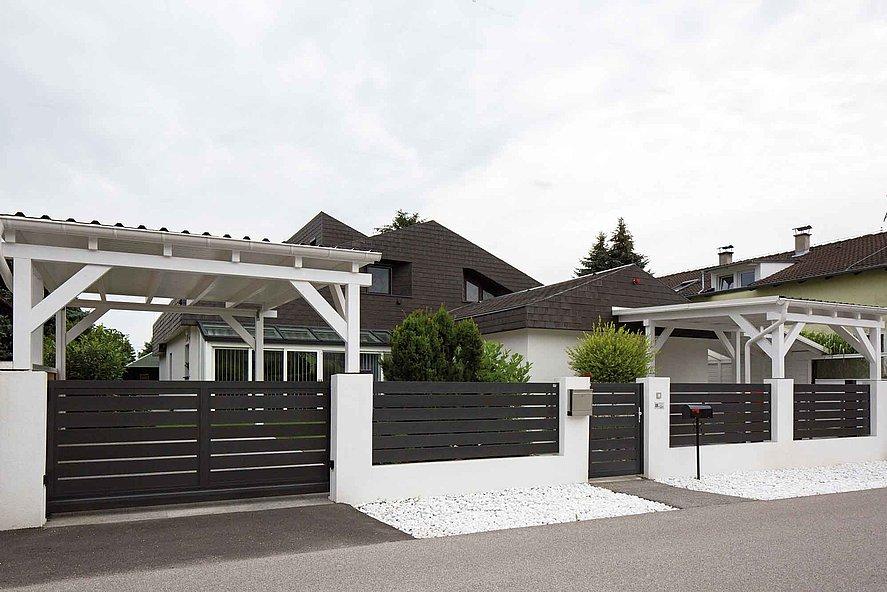 Maison avec clôture occultante, portail coulissant et portillon modèle Edison avec des lattes transversales larges couleur anthracite