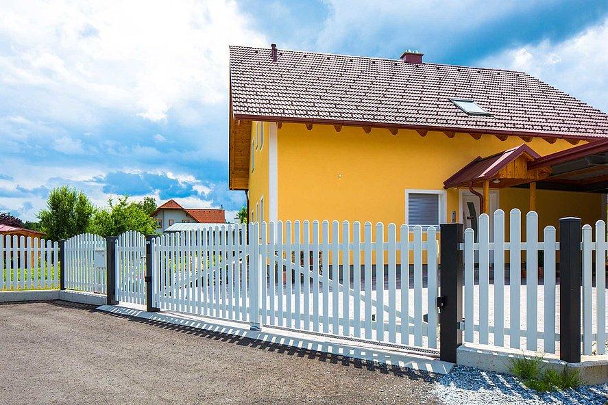 Portail à double battant et portail de jardin avec lattes en aluminium servant de portail d'entrée à une maison unifamiliale