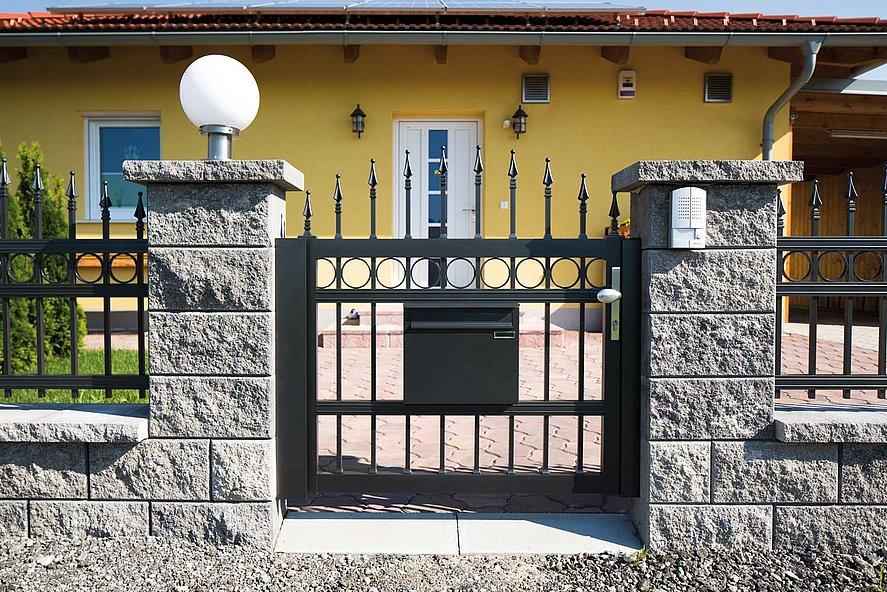 Portillon de jardin d'une clôture à barres finition ferronnerie d'art couleur anthracite