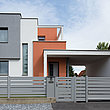 clôture occultante moderne, clôture en aluminium et portail coulissant à lattes transversales larges couleur grise devant une maison design