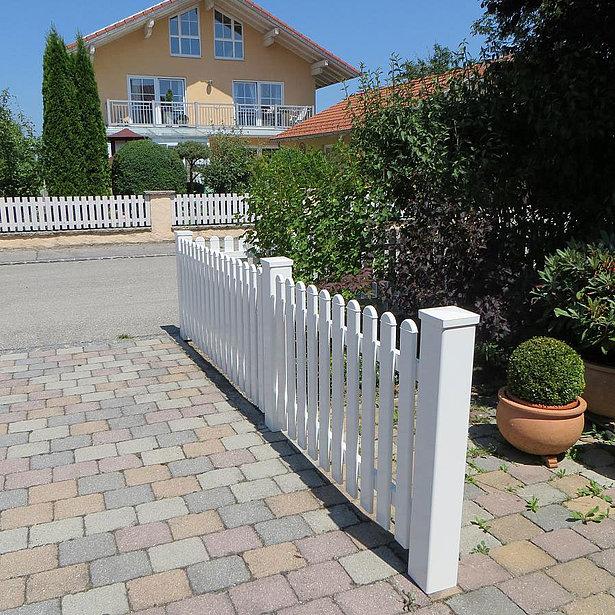 clôture à lattes blanche photographiée depuis l'entrée, projet de maison d'un client