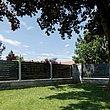 clôture en aluminium moderne avec lattes transversales couleur anthracite - vue du jardin sous un arbre