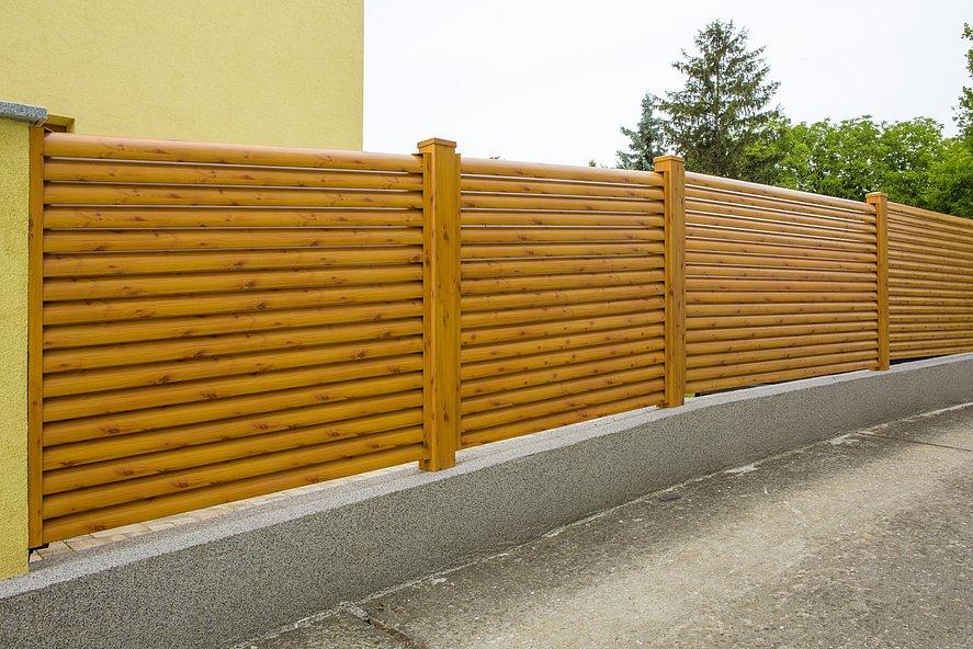 Clôture de jardin en aluminium avec lamelles finition bois