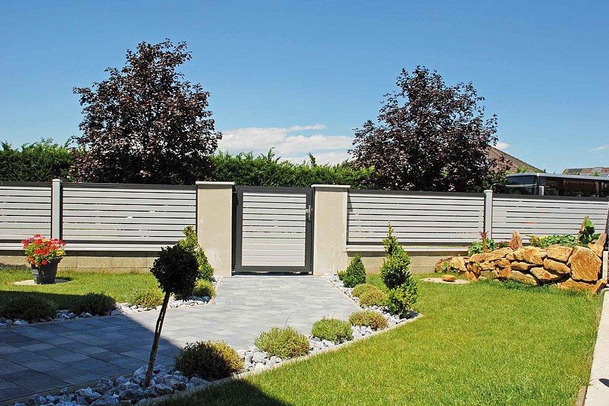 Clôture à lattes et portillon de jardin à lattes transversales en aluminium couleurs grise et anthracite - vue du jardin