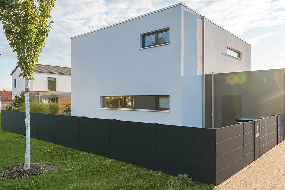 clôture occultante moderne en aluminium devant une maison cubique à l'architecture moderne