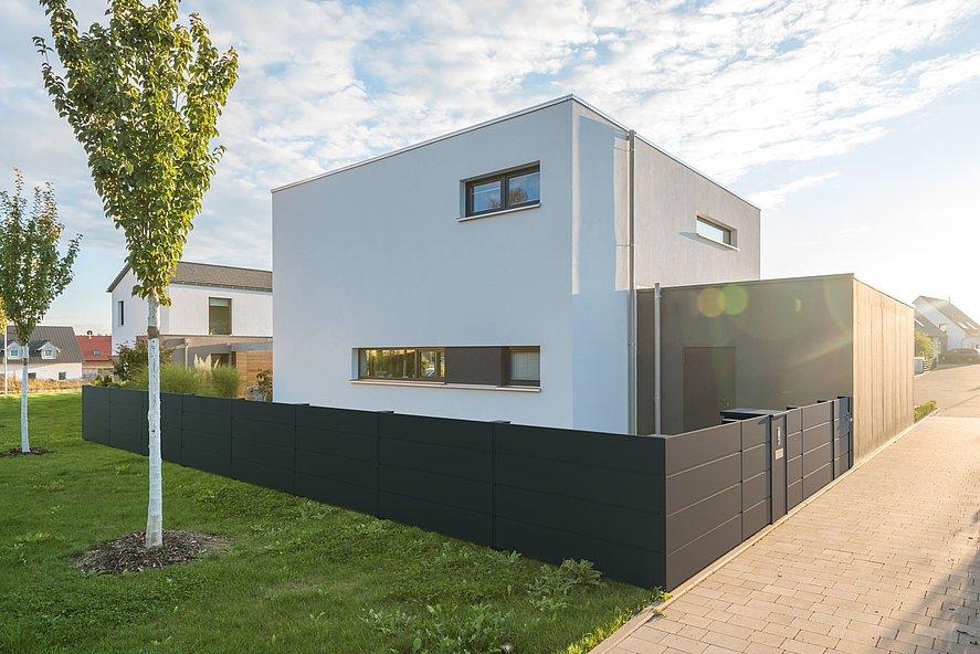 clôture occultante moderne et élégante couleur anthracite devant une maison cubique