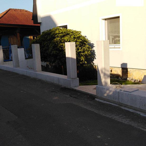 [Translate to Fransösich:] Betonsockel, in den später mehrere Zaunfelder integriert werden sollen.
