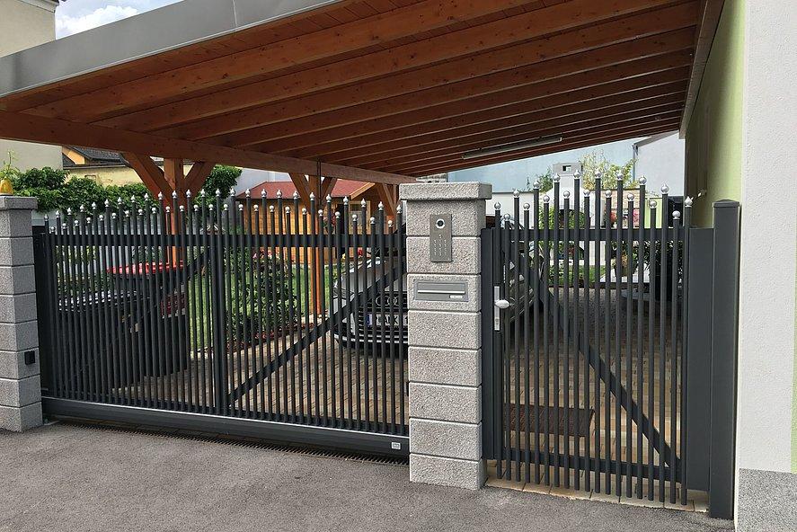 Portail coulissant et portail de jardin pour clôture à palissade Einstein avec barres rondes anthracite et embouts ronds argentés