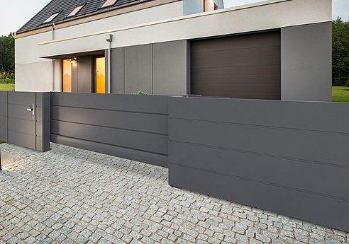Portail coulissant occultant et clôture occultante couleur anthracite devant une maison unifamiliale moderne