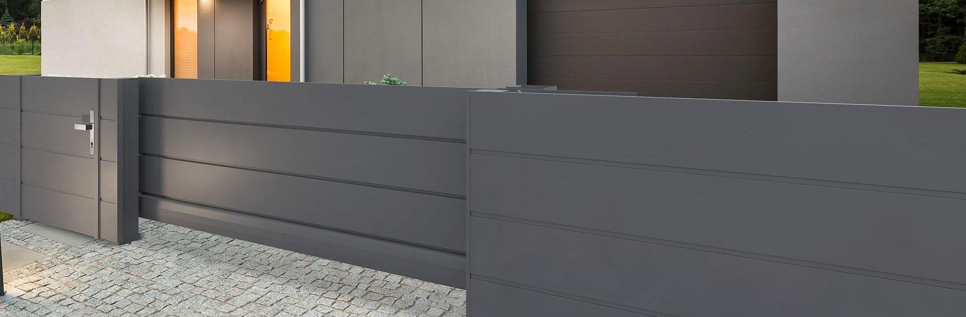 portail coulissant occultant moderne couleur anthracite devant une maison moderne