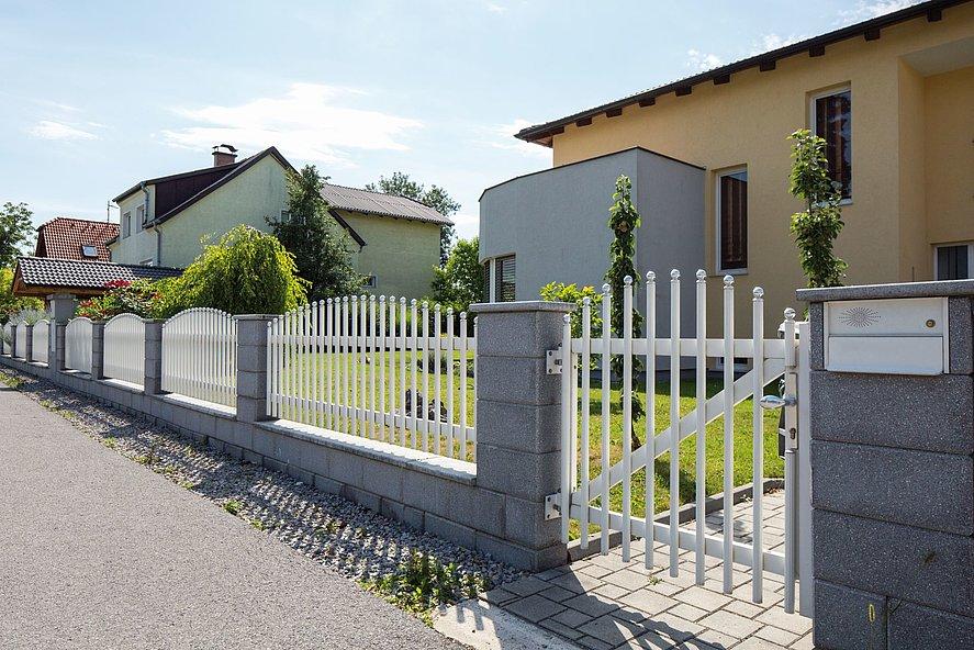Portillon de jardin pour clôture à palissade Einstein avec barres rondes blanches et embouts ronds argentés