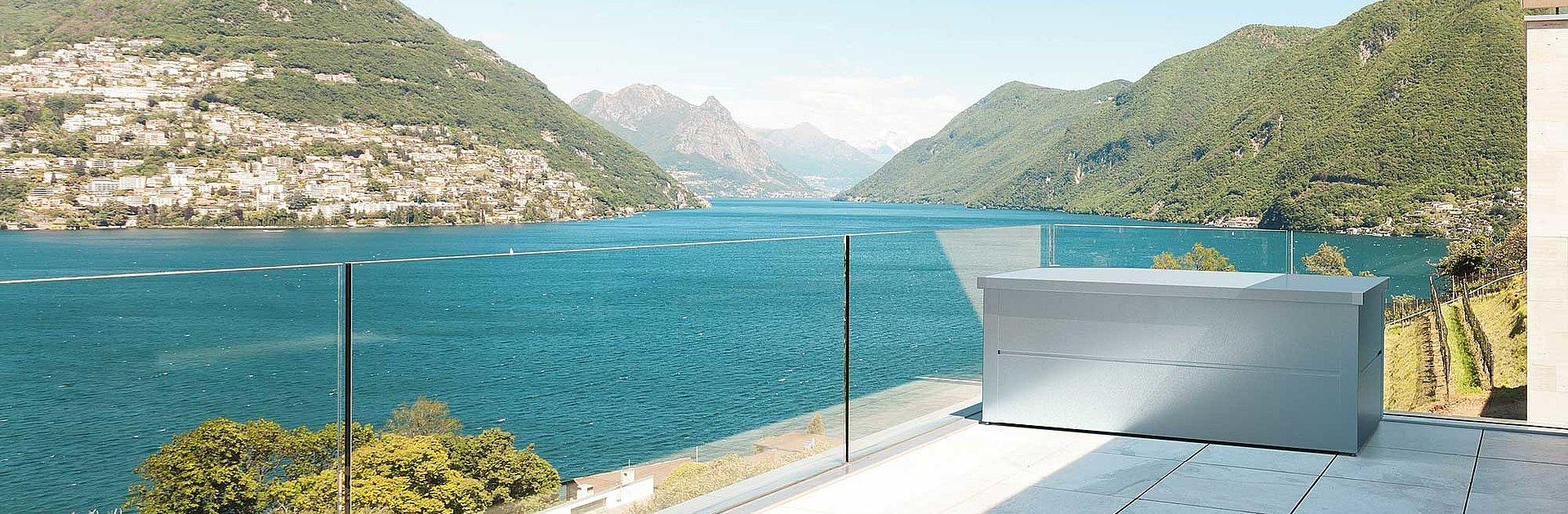 Coffre de rangement en argent sur balcon moderne en verre