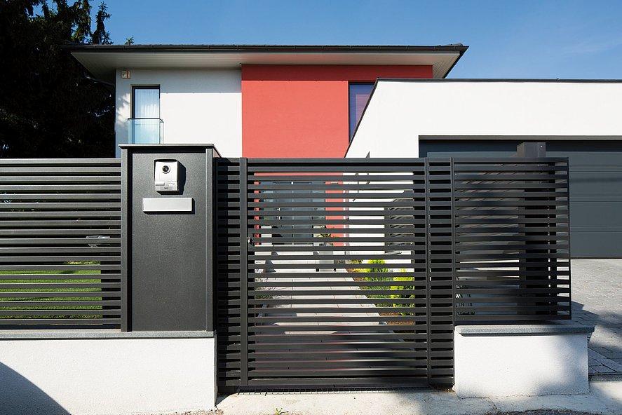 Portillon de jardin à lattes transversales modernes couleur anthracite à l'entrée d'une maison unifamiliale moderne