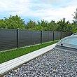 Vue de la piscine couverte dans le jardin sur la clôture de jardin occultante moderne avec des lattes transversales en aluminium