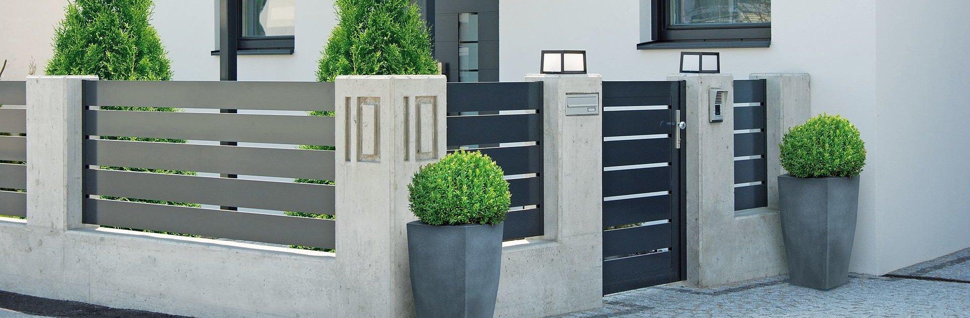 [Translate to Fransösich:] Moderner Gartenzaun aus Aluminium mit Querlatten in anthrazit