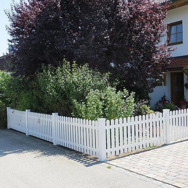 clôture à lattes blanche en aluminium entourant le jardin d'une maison unifamiliale