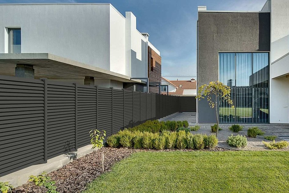 clôture à lamelles moderne en aluminium séparant deux parcelles de terrain