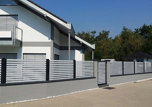 [Translate to Fransösich:] Moderner Gartenzaun aus Aluminium mit Querlatten in silber
